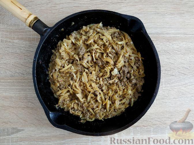 Фото приготовления рецепта: Капуста, тушенная с говяжьей печенью, в сметане - шаг №12