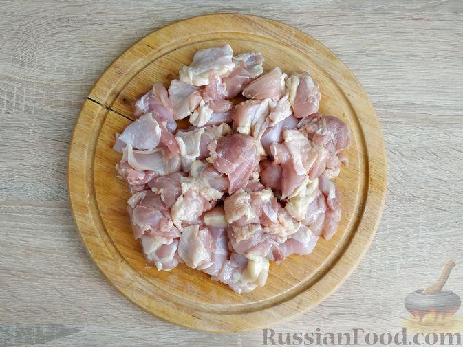 Фото приготовления рецепта: Ячневая каша с курицей в сметанном соусе - шаг №4