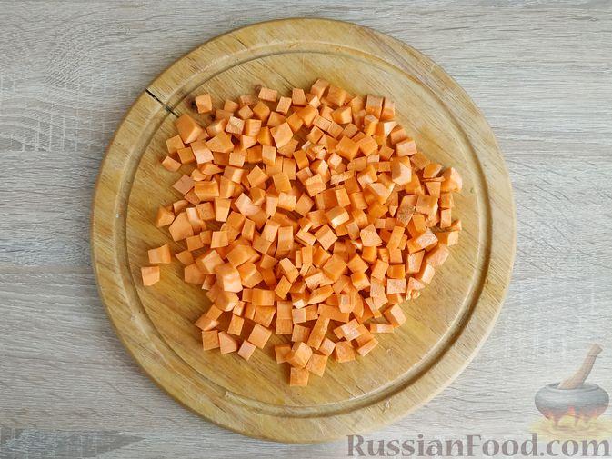 Фото приготовления рецепта: Ячневая каша с курицей в сметанном соусе - шаг №8