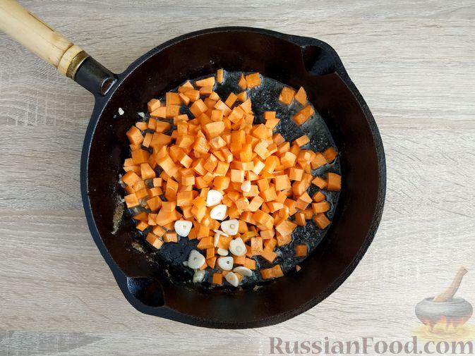 Фото приготовления рецепта: Ячневая каша с курицей в сметанном соусе - шаг №10