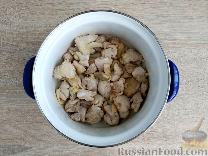 Фото приготовления рецепта: Ячневая каша с курицей в сметанном соусе - шаг №6
