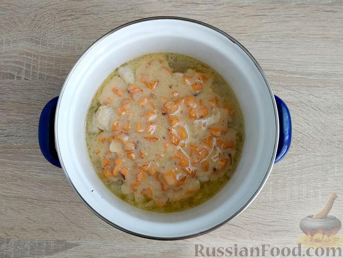 Фото приготовления рецепта: Ячневая каша с курицей в сметанном соусе - шаг №16