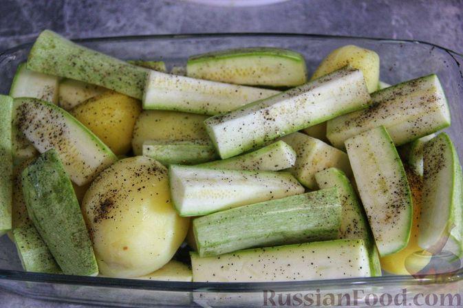 Фото приготовления рецепта: Рыба, запечённая с молодой картошкой, кабачками и помидорами - шаг №5
