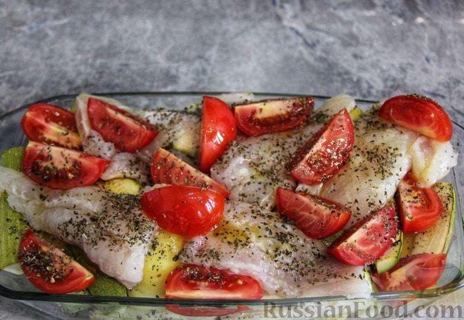 Фото приготовления рецепта: Рыба, запечённая с молодой картошкой, кабачками и помидорами - шаг №7