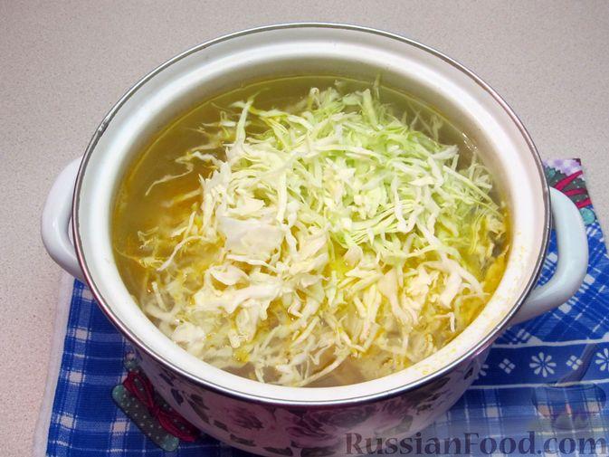 Фото приготовления рецепта: Щи из свежей капусты с говядиной и щавелем - шаг №10