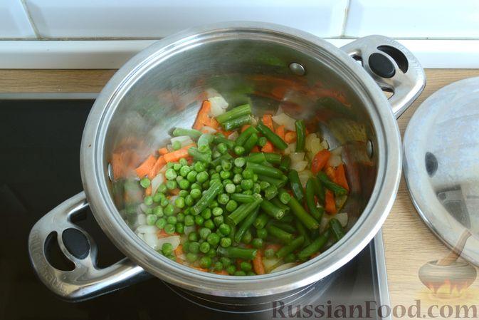 Фото приготовления рецепта: Крем-суп из кабачка, зеленого горошка и стручковой фасоли - шаг №6