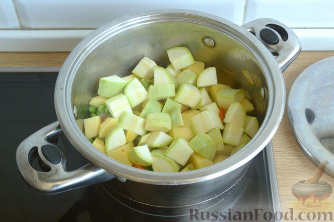 Фото приготовления рецепта: Крем-суп из кабачка, зеленого горошка и стручковой фасоли - шаг №10
