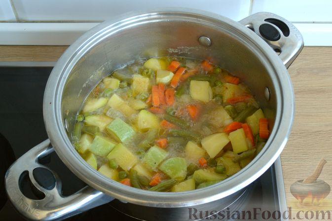 Фото приготовления рецепта: Крем-суп из кабачка, зеленого горошка и стручковой фасоли - шаг №11
