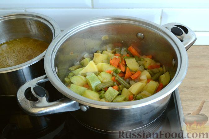 Фото приготовления рецепта: Крем-суп из кабачка, зеленого горошка и стручковой фасоли - шаг №12