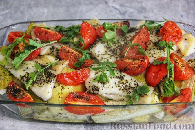 Фото к рецепту: Рыба, запечённая с молодой картошкой, кабачками и помидорами