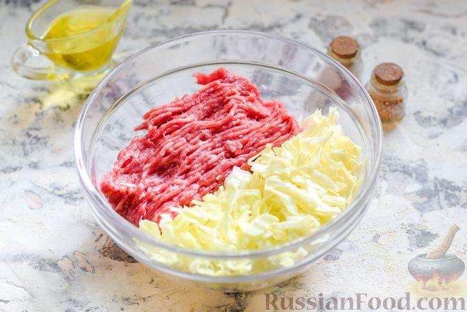 Фото приготовления рецепта: Ленивые голубцы с ячневой крупой, в духовке - шаг №4