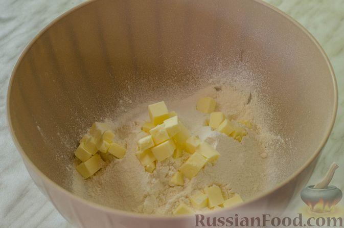 Фото приготовления рецепта: Песочные тарталетки с черешней и заварным кремом - шаг №3