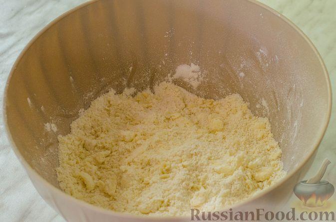 Фото приготовления рецепта: Песочные тарталетки с черешней и заварным кремом - шаг №4