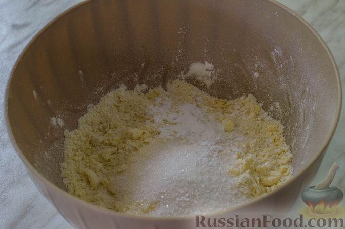 Фото приготовления рецепта: Песочные тарталетки с черешней и заварным кремом - шаг №5