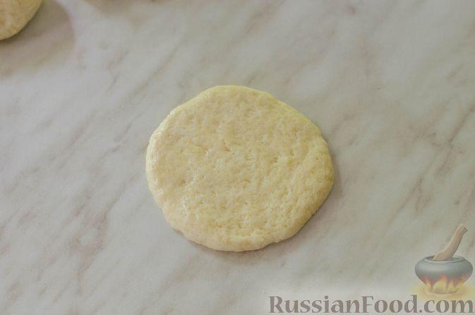 Фото приготовления рецепта: Песочные тарталетки с черешней и заварным кремом - шаг №9