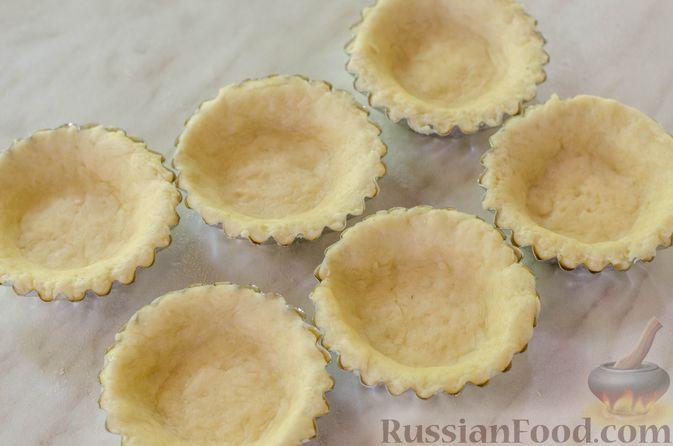 Фото приготовления рецепта: Песочные тарталетки с черешней и заварным кремом - шаг №10