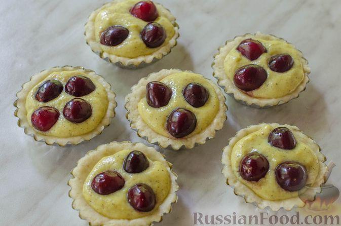 Фото приготовления рецепта: Песочные тарталетки с черешней и заварным кремом - шаг №16