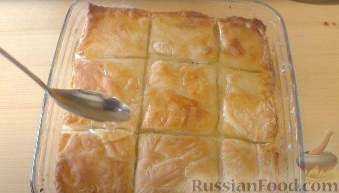 """Фото приготовления рецепта: Слоистый пирог с творогом и сахарным сиропом, или  Творожная """"пахлава"""" - шаг №11"""