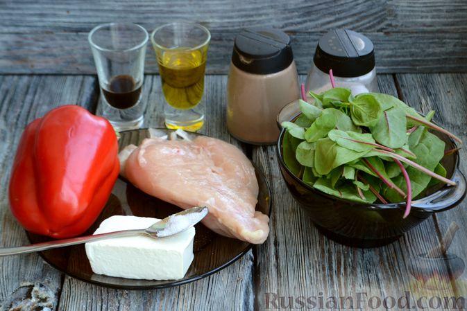 Фото приготовления рецепта: Салат с курицей, запечённым болгарским перцем, брынзой и шпинатом - шаг №1