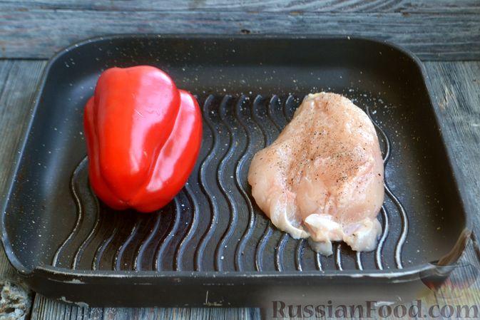 Фото приготовления рецепта: Салат с курицей, запечённым болгарским перцем, брынзой и шпинатом - шаг №2