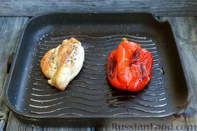 Фото приготовления рецепта: Салат с курицей, запечённым болгарским перцем, брынзой и шпинатом - шаг №3