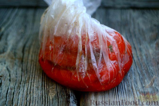 Фото приготовления рецепта: Салат с курицей, запечённым болгарским перцем, брынзой и шпинатом - шаг №5