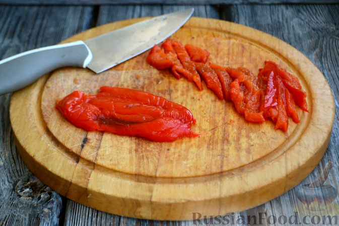 Фото приготовления рецепта: Салат с курицей, запечённым болгарским перцем, брынзой и шпинатом - шаг №6