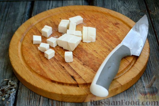 Фото приготовления рецепта: Салат с курицей, запечённым болгарским перцем, брынзой и шпинатом - шаг №7
