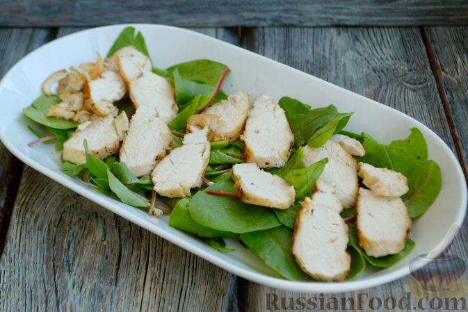 Фото приготовления рецепта: Салат с курицей, запечённым болгарским перцем, брынзой и шпинатом - шаг №9