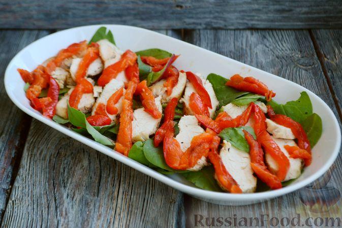 Фото приготовления рецепта: Салат с курицей, запечённым болгарским перцем, брынзой и шпинатом - шаг №10