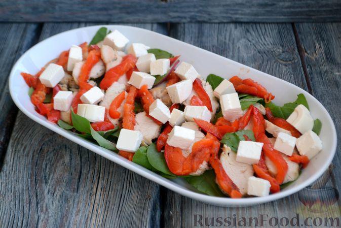 Фото приготовления рецепта: Салат с курицей, запечённым болгарским перцем, брынзой и шпинатом - шаг №11