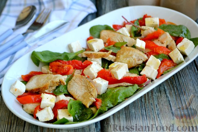 Фото приготовления рецепта: Салат с курицей, запечённым болгарским перцем, брынзой и шпинатом - шаг №13