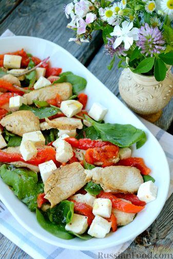 Фото приготовления рецепта: Салат с курицей, запечённым болгарским перцем, брынзой и шпинатом - шаг №14