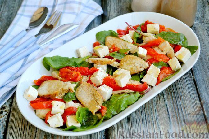 Фото к рецепту: Салат с курицей, запечённым болгарским перцем, брынзой и шпинатом