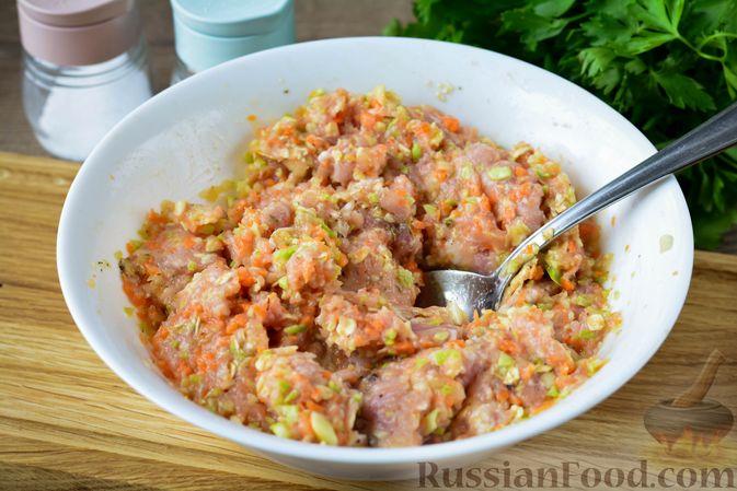 Фото приготовления рецепта: Запечённые мясные тефтели с кабачком и овсяными хлопьями - шаг №7