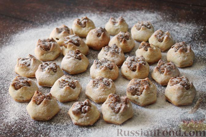 """Фото к рецепту: Творожное печенье """"Пельмешки"""" с орехами и джемом"""