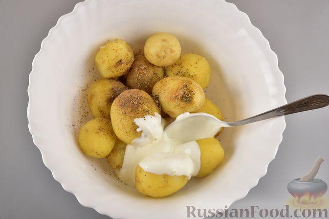 Фото приготовления рецепта: Хек, запечённый с молодой картошкой и оливками - шаг №5
