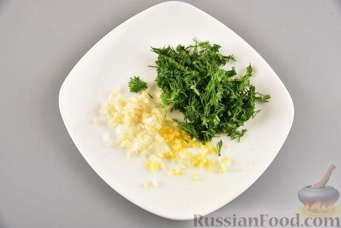 Фото приготовления рецепта: Хек, запечённый с молодой картошкой и оливками - шаг №8