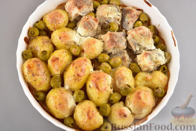 Фото приготовления рецепта: Хек, запечённый с молодой картошкой и оливками - шаг №7