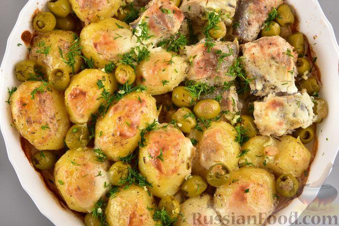 Фото приготовления рецепта: Хек, запечённый с молодой картошкой и оливками - шаг №9