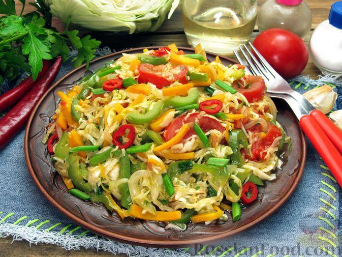 Фото к рецепту: Жареная капуста с помидорами, сладким и острым перцами