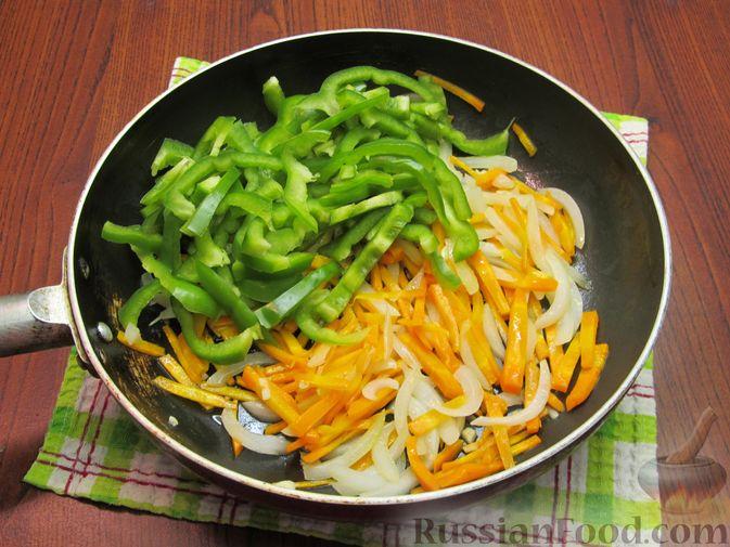 Фото приготовления рецепта: Жареная капуста с помидорами, сладким и острым перцами - шаг №9