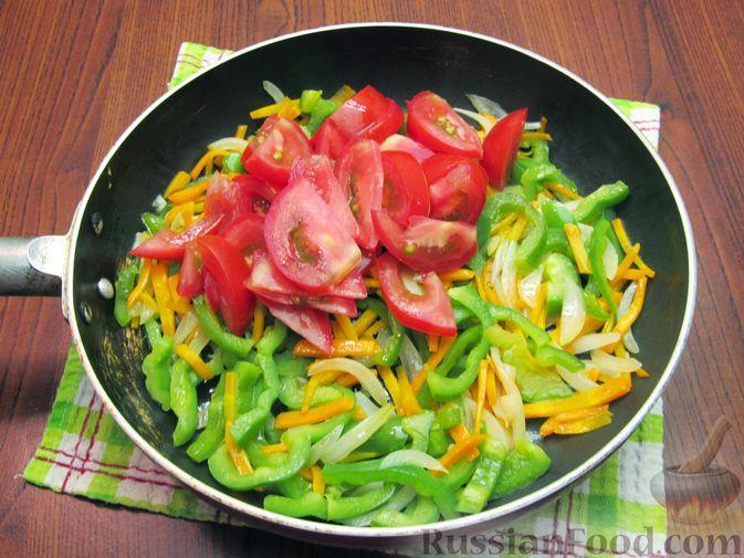 Фото приготовления рецепта: Жареная капуста с помидорами, сладким и острым перцами - шаг №12