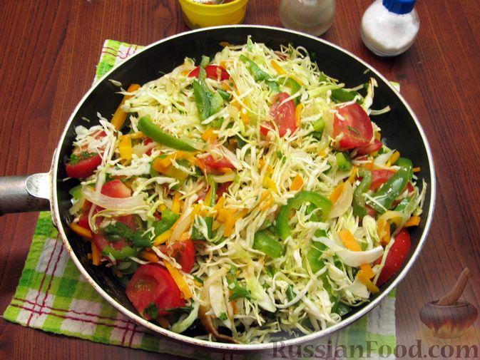 Фото приготовления рецепта: Жареная капуста с помидорами, сладким и острым перцами - шаг №14