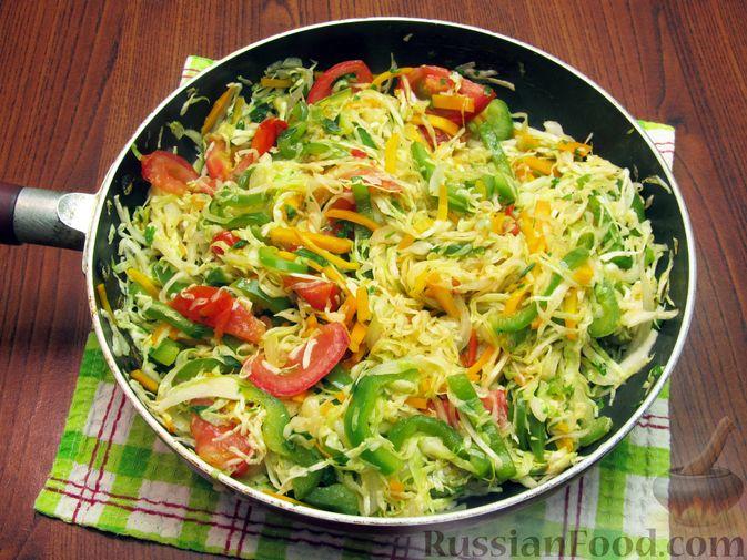 Фото приготовления рецепта: Жареная капуста с помидорами, сладким и острым перцами - шаг №15