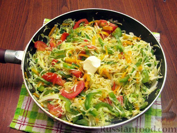 Фото приготовления рецепта: Жареная капуста с помидорами, сладким и острым перцами - шаг №16