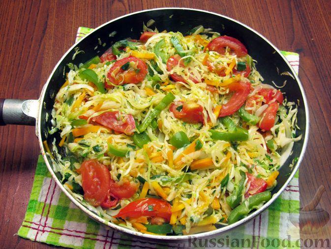 Фото приготовления рецепта: Жареная капуста с помидорами, сладким и острым перцами - шаг №17