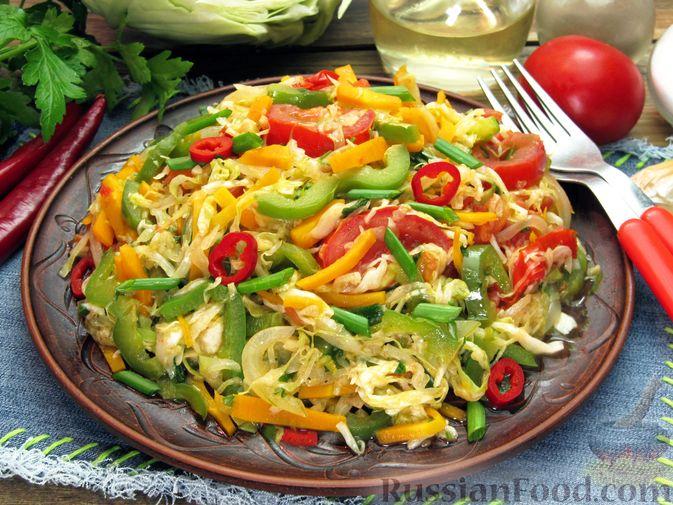 Фото приготовления рецепта: Жареная капуста с помидорами, сладким и острым перцами - шаг №18