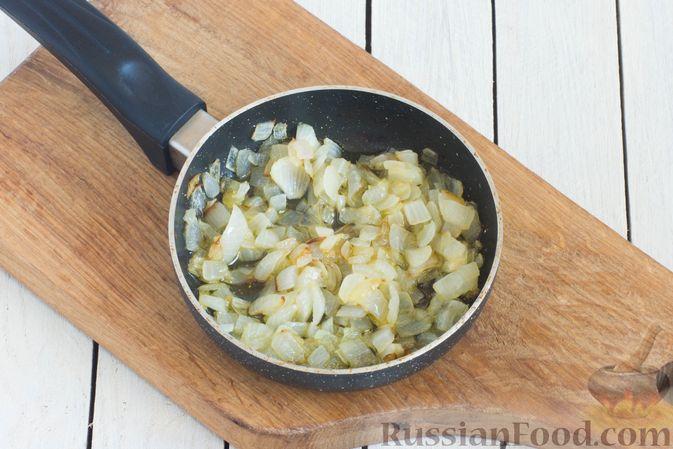 Фото приготовления рецепта: Гречневая каша с горохом и жареным луком - шаг №5