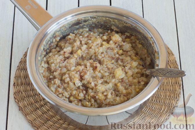 Фото приготовления рецепта: Гречневая каша с горохом и жареным луком - шаг №7